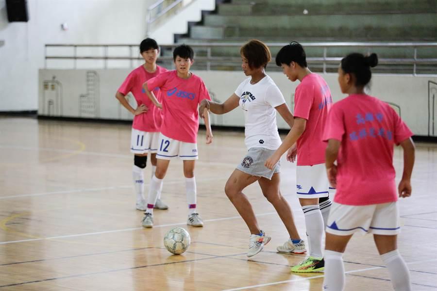 教練謝麗娟指導球員如何開闢攻擊路線。(袁庭堯攝)
