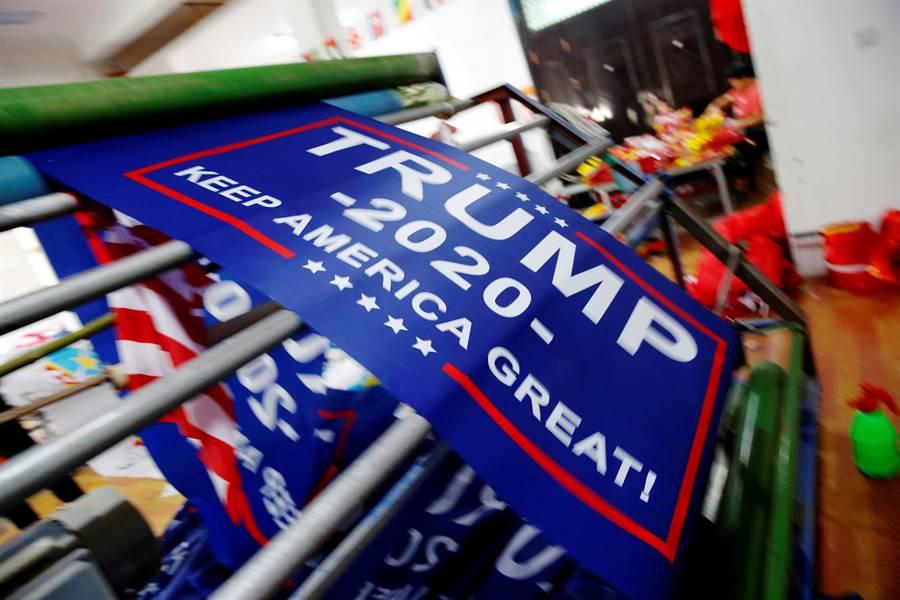 美中貿易戰的進程與美國2020大選相互影響,已成為川普連任的超級大賭局。圖中川普2020競選連任的標語,已由先前的「讓美國重新偉大」變成「讓美國持續偉大」。(圖/路透)