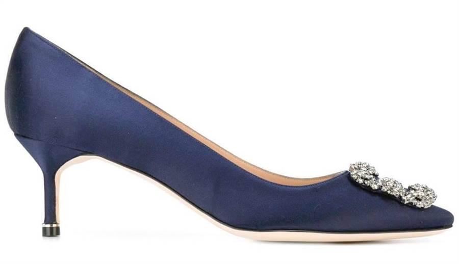 HANGISI鞋款除了經典緞面,也有牛仔布款式。HANGISI高跟鞋4萬2800元。(Manolo Blahnik提供)