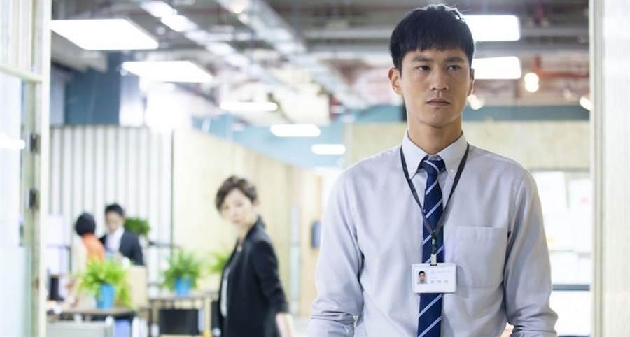 鍾承翰飾演實習律師陳博昀。中天提供