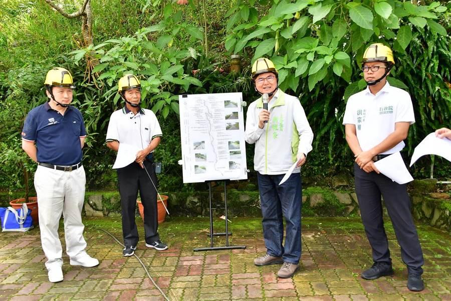 立委劉櫂豪(右2)爭取2000萬元,改善太麻里金針山農路。(楊漢聲攝)