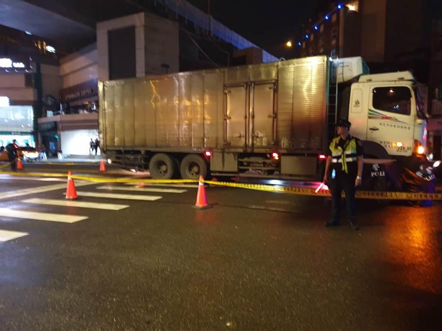 新店晚间发生妇人走斑马线被大货车捲入轮下惨死。