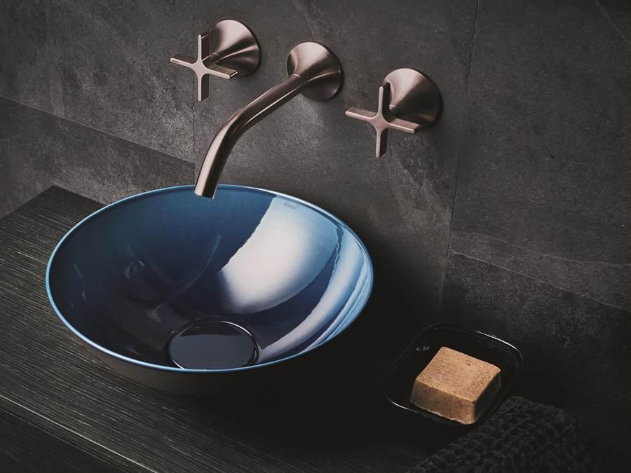 Alape琺瑯鋼板材質的創新釉面處理技術,增強面盆表面易潔、抗刮,耐腐蝕等優勢,亦能提供雙重感官的多元色彩與質地。質感細緻柔和的Terra系列,表面呈無光澤的粉狀質感,有如天鵝絨般的溫潤手感;以海洋為意象的Aqua系列,通過光線折射產生不同視覺層次與細節質感,深藍、深綠與深靛藍色展現優雅。(楠弘廚衛提供)