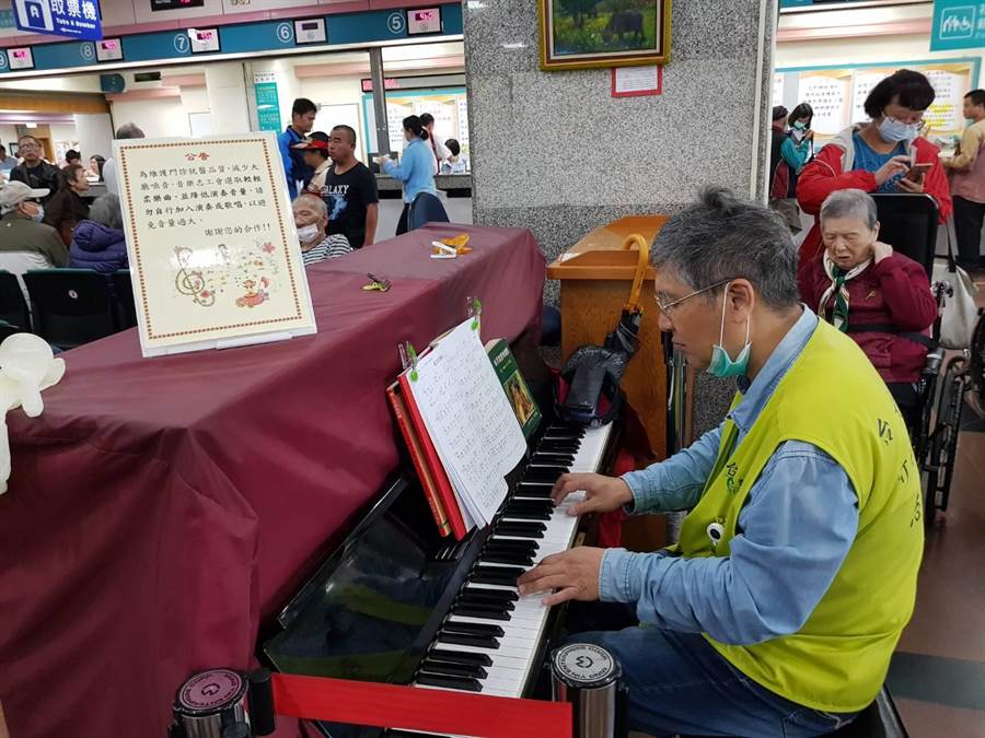 陳志偉9年來在新竹台大醫院當鋼琴志工,每次演奏都吸引不少民眾駐足聆聽。(徐養齡攝)