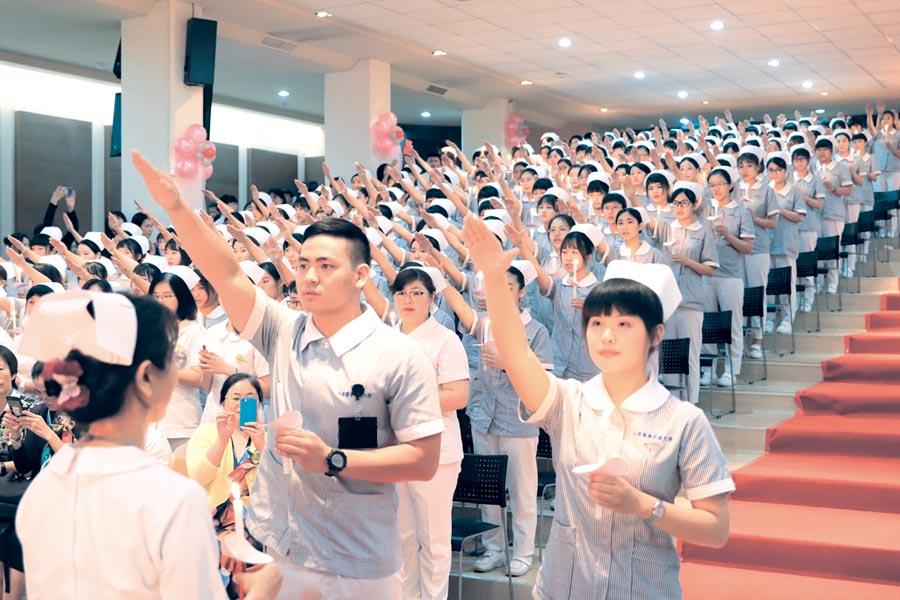 中華醫大舉行加冠傳光典禮。圖/周榮發