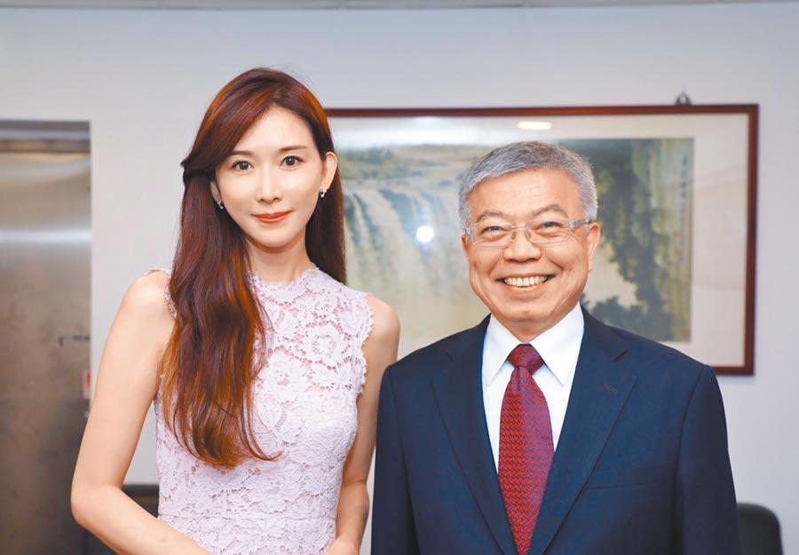 北科大校長王錫福(右)讚許林志玲(左)熱心公益、重視行善。圖/志玲姊姊慈善基金會提供