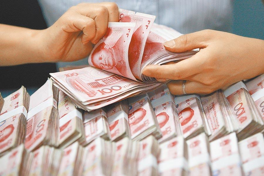 人民幣匯率創今年新低。圖為大陸銀行員盤點鈔票。(美聯社)
