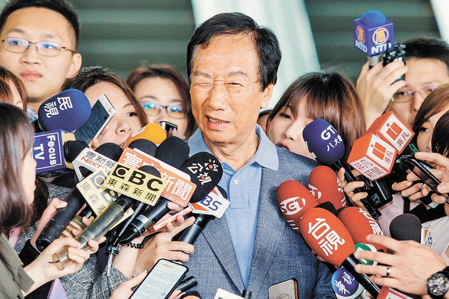 國民黨總統初選參選人郭台銘(中)。(本報系資料照片)