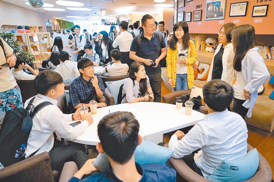 中國科協舉辦的「玉山計畫」交流活動,遭教育部下禁令。圖為8月上旬,台灣大學生前往北京參訪騰訊等知名企業。(中新社)