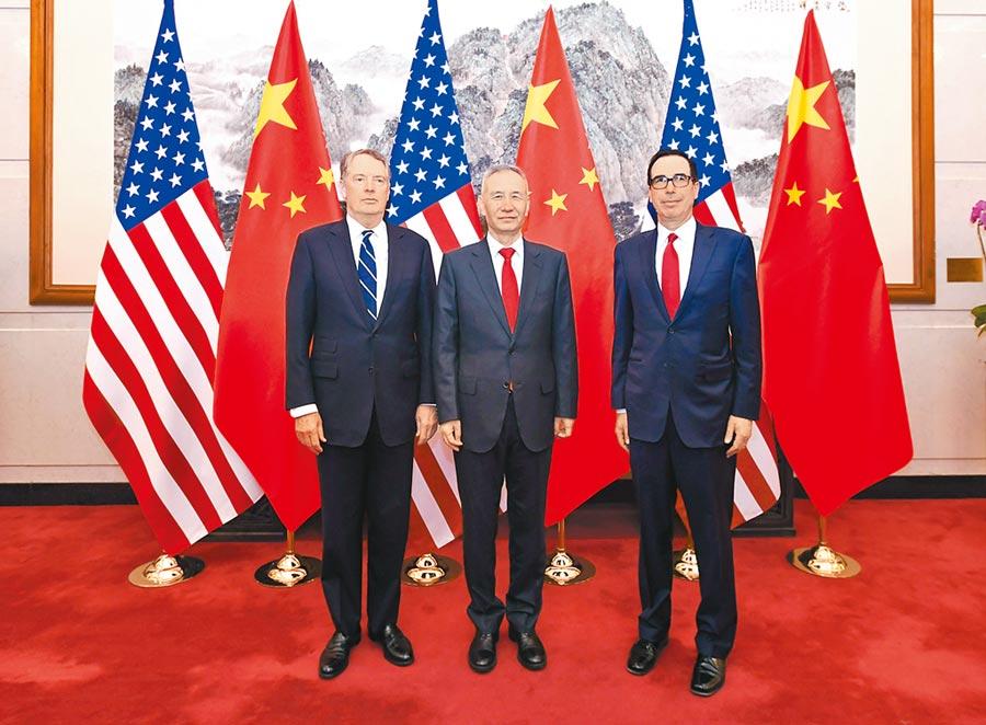 3月29日,中共中央政治局委員、國務院副總理劉鶴(中)與美國貿易代表萊特希澤(左)、財政部長努欽(右),在北京共同主持第八輪中美經貿高級別磋商。(新華社)