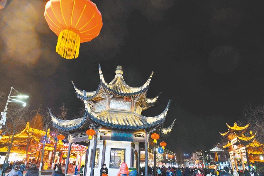 遊人在南京夫子廟景區觀燈遊覽。(新華社資料照片)