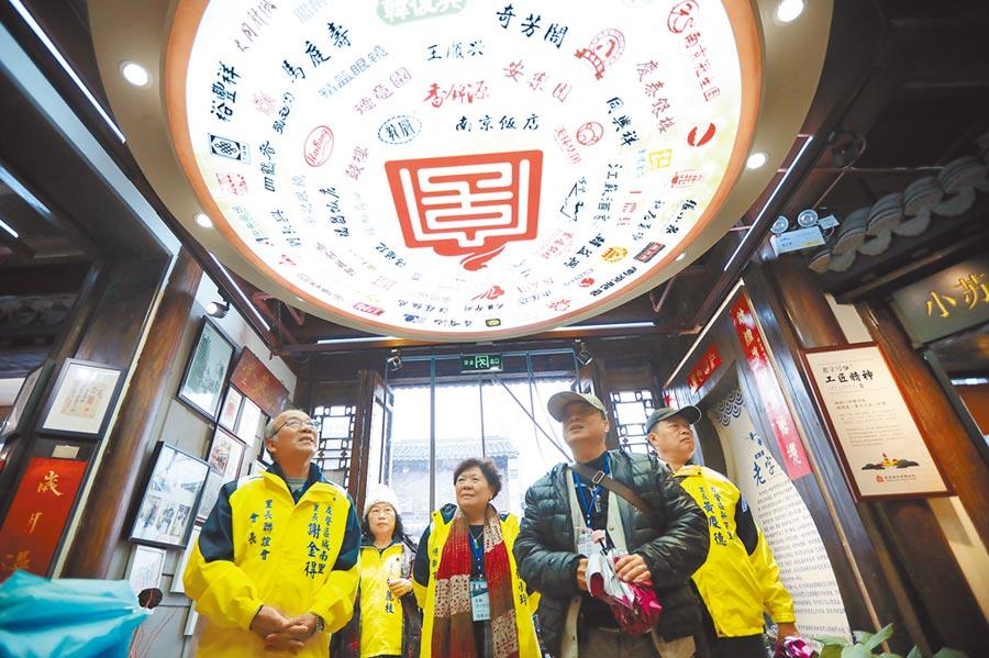 2月27日,來自高雄的里長們參觀南京門東社區。(中新社)