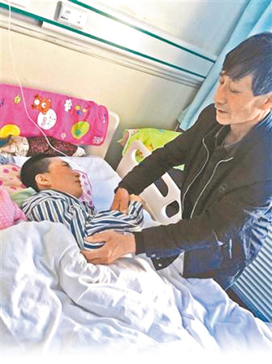楊紅燕在醫院接受治療,家人每天悉心照料。(取自人民網)
