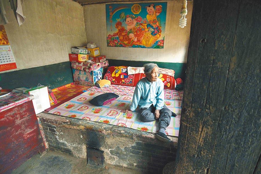 夫妻住在窯洞內,睡在土炕上用煤爐取暖,不小心一氧化碳中毒,圖為示意圖。(新華社資料照片)
