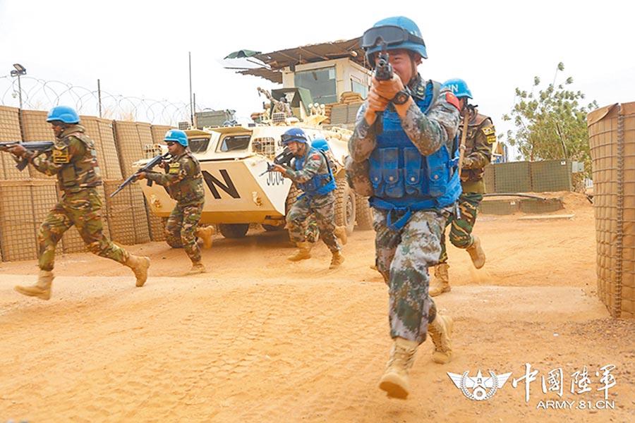 大陸維和部隊與多國維和部隊展開聯合防衛演練。(取自中國軍網資料照片)