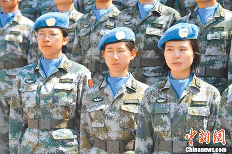首次派出的三名女子排雷作業手。(取自中新網)