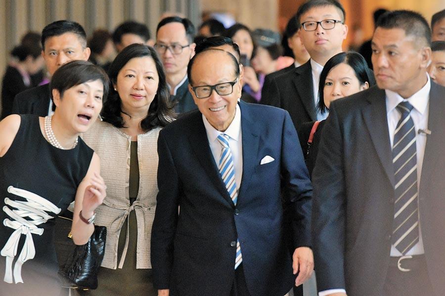 香港首富李嘉誠(中)。(中新社資料照片)