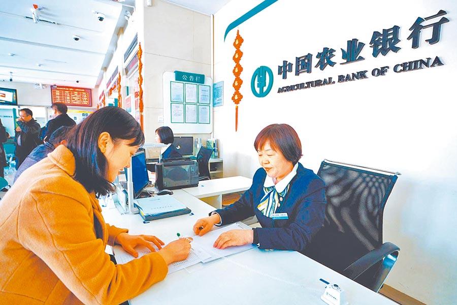 多家銀行看好科創板商機,紛紛推出相關服務。圖為銀行工作人員為客戶辦理業務。(新華社資料照片)