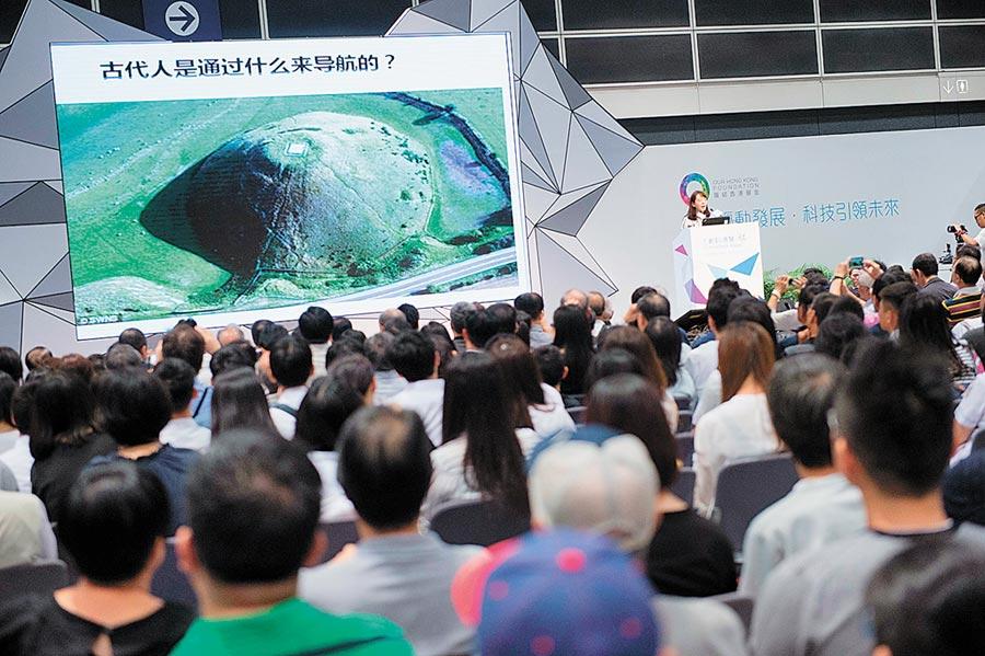 2016年9月25日,中科院光電研究院徐穎博士在香港專題演講「改變我們生活的北斗衛星導航」。(新華社)