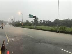 雨炸新竹!逾5路段淹水成小瀑布