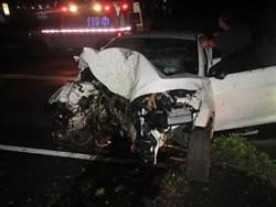 酒駕害己 男子自撞分隔島車毀人傷