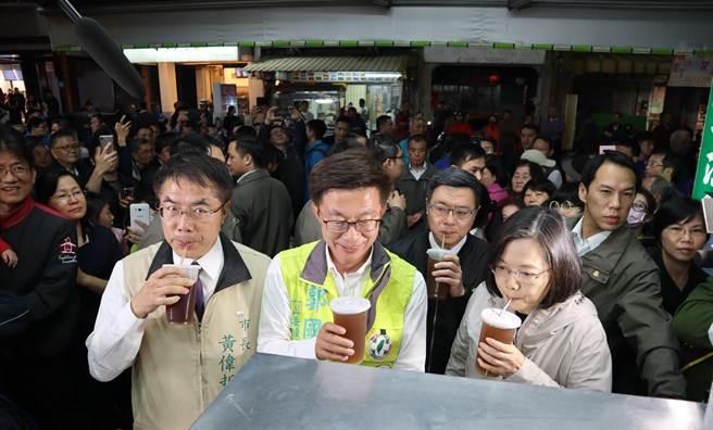 善化一等涼冬瓜茶,開店已60多年,蔡英文總統到慶安宮上香時也來嘗鮮,並大讚好喝。(劉秀芬攝)