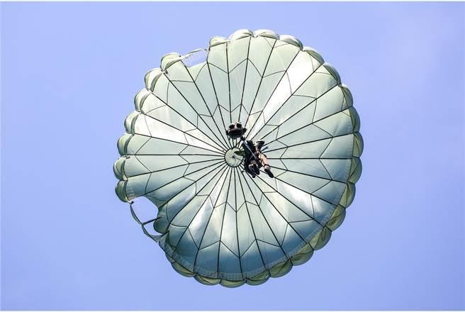 我國特戰傘兵目前使用的是自製T-10B形圓形傘,圖為全副武裝傘兵自C-130運輸機上投入戰場。〈國防部提供〉