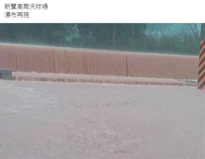 大雨下到路邊出現瀑布。(翻攝新竹大小事)