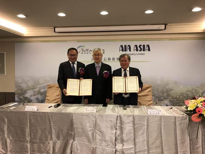 桃園航空城公司與亞洲航空公司,17日簽署合作備忘錄(MOU),期待未來航空城產專區能發揮航太輔助相關產業專區聚落效益。(甘嘉雯攝)