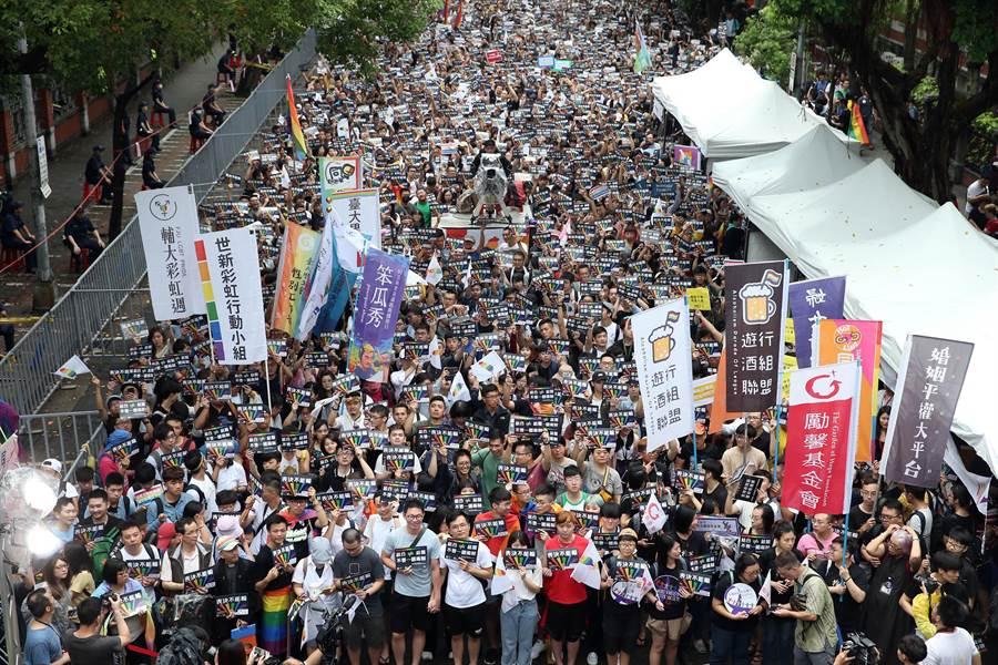 婚姻平權大平台等團體在青島東路舉辦活動,支持者集結高舉「表決不能輸」等標語。(姚志平攝)