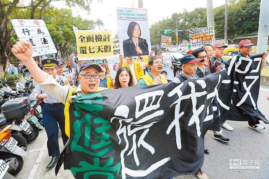 勞工團體抗議勞基法改革,圖為資料照。(黃世麒攝)