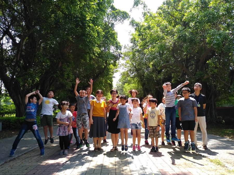 進入學校必定要走的綠色隧道長100多公尺,由3、40棵大榕樹交織而成,是永清國小師生的共同記憶。圖前排中為校長葉麗錦。(曹明正攝)