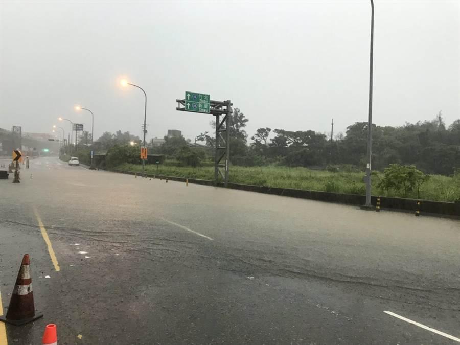 由於大雨不斷,台61線64k~66k(新豐)路段17日上午暫時封閉。(公路總局第一區養護工程處提供)