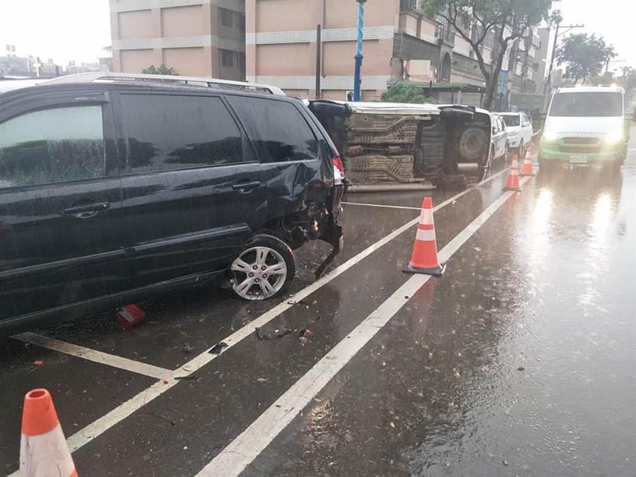 天雨視線不佳,男子連環撞路邊車輛。(呂筱蟬翻攝)
