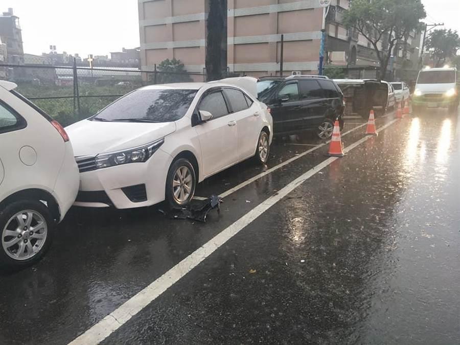 雨視線不佳,男子連環撞路邊車輛。(呂筱蟬翻攝)