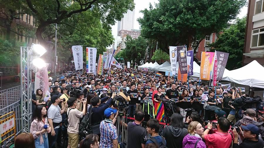 立法院今表決同婚專法,挺同團體與群眾一早就聚集在院外馬路。(廖德修攝)