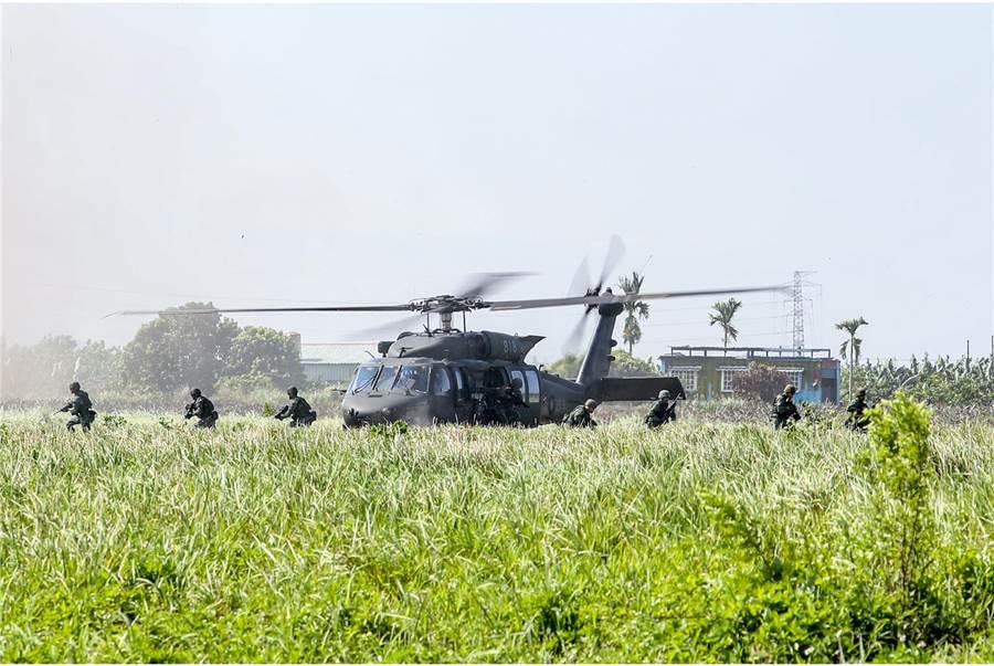黑鷹直升機搭載特戰官兵凌空而降進行突襲作戰。〈國防部提供〉
