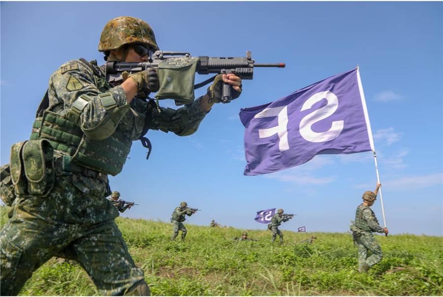 地面打擊部隊在直升機火力支援下進行地面打擊作戰。〈國防部提供〉