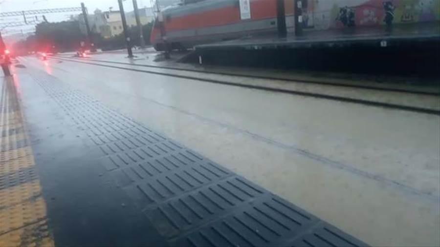 台鐵西部幹線北湖至湖口因雨水淹過鐵軌,暫時封閉中。(翻攝畫面)