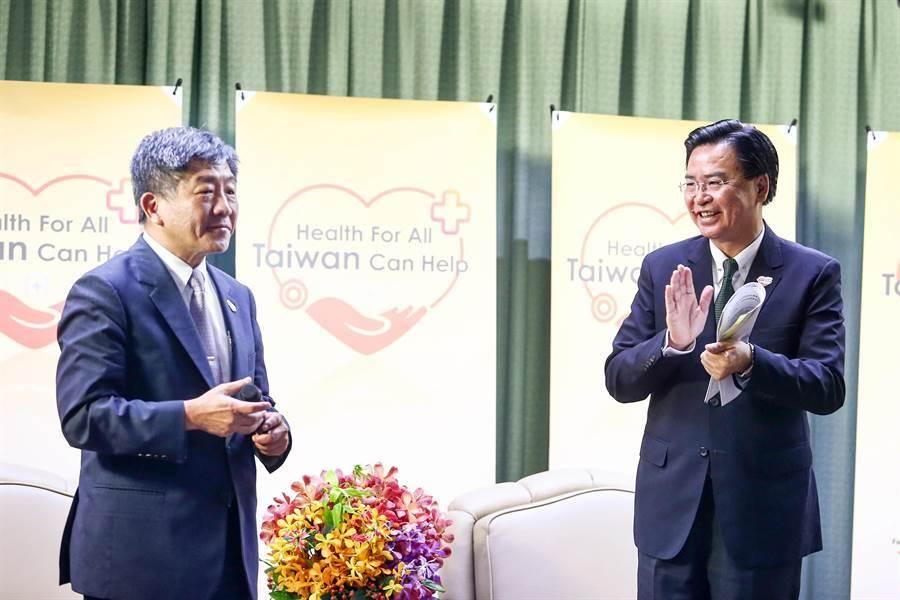 外交部長吳釗燮(右)與衛福部長陳時中(左)今表示,將前往日內瓦抗議。(鄧博仁攝)