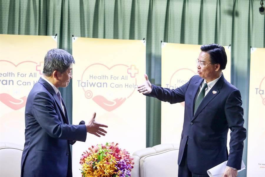 外交部長吳釗燮(右)與衛福部長陳時中(左)握手。(鄧博仁攝)