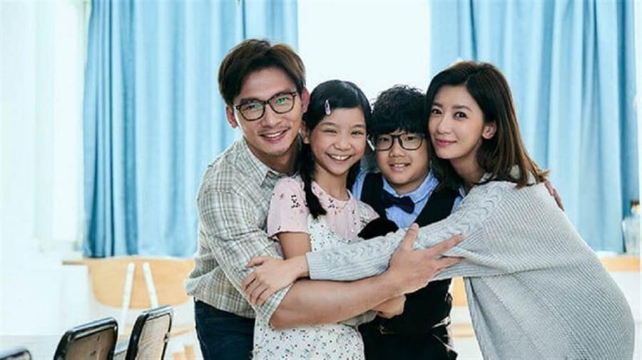 喬喬(左二)飾演溫昇豪與賈靜雯的女兒。公視提供
