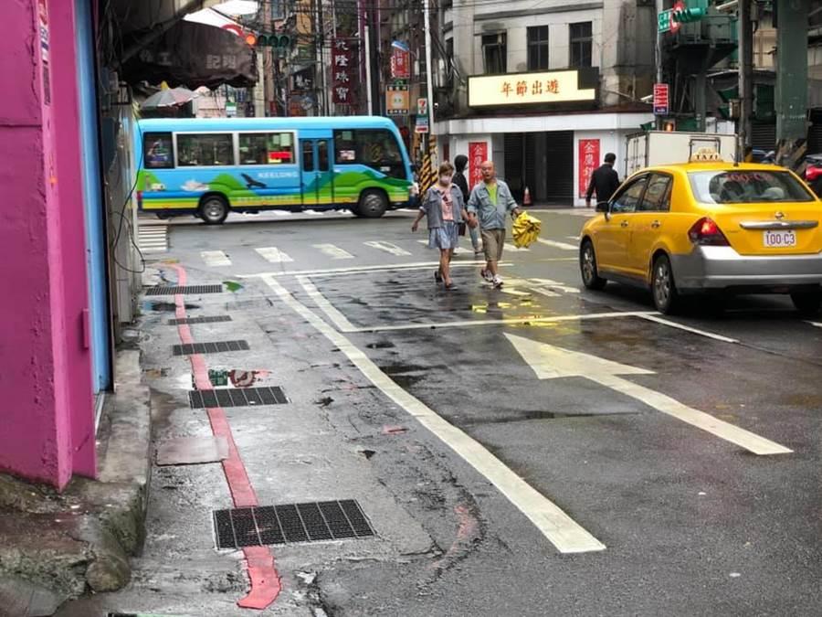 基隆市仁愛區仁四路19巷前有畫設紅線,但當地居民抱怨違停情況嚴重,議員童子瑋對此要求交旅處應畫設行人徒步區。(張穎齊翻攝)
