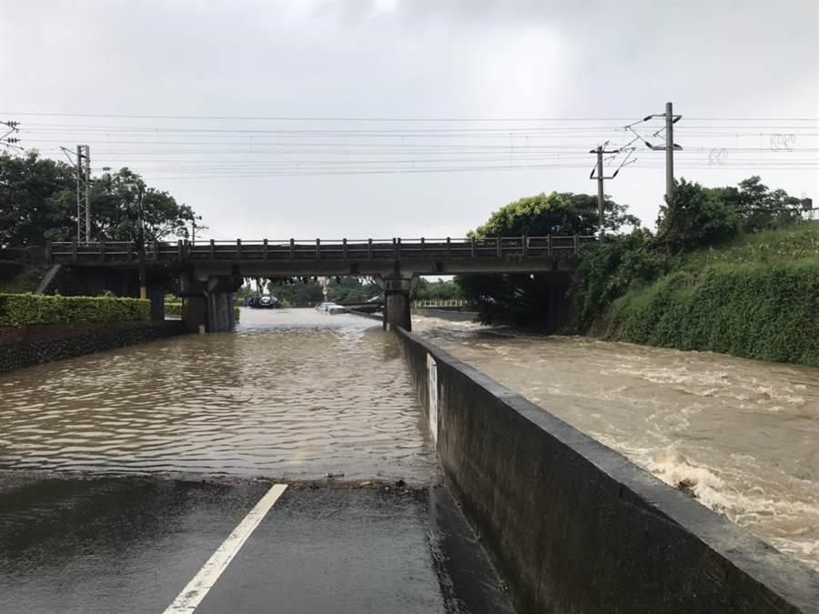 湖口鄉東興橋下溪水幾乎與一旁路面平高。(莊旻靜攝)