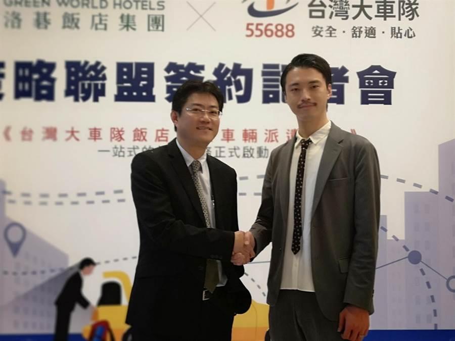 洛碁實業營運長深井洋平(右)與台灣大車隊營運長周恆倫,共同宣布策略結盟。(圖/姚舜)