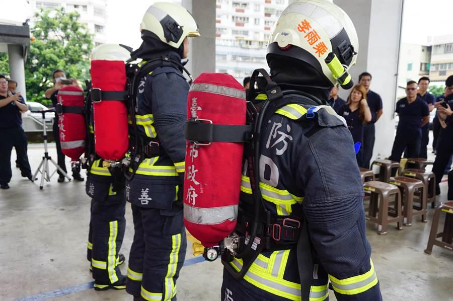 空氣呼吸器背架為打火弟兄的保命裝備,進入火場必須1人配置1個,大約20分鐘左右即需更換。(王文吉攝)