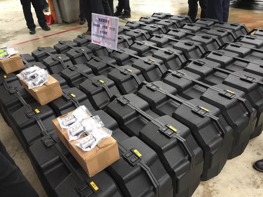 德興實業社捐贈60組空氣呼吸器背架。(王文吉攝)