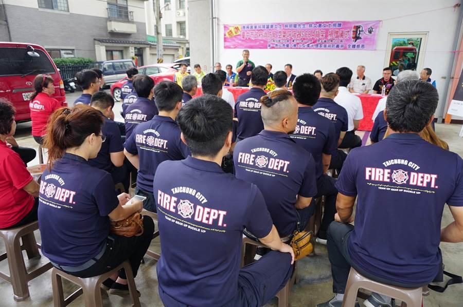 空氣呼吸器背架捐贈儀式在頭家厝分隊舉行。(王文吉攝)