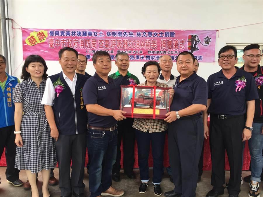 台中市消防局回贈復古消防車模型,表彰愛心企業「德興實業社」的善行義舉。(王文吉攝)