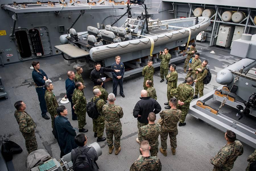 美日兩國每年都舉行聯合演習,日本與美國智庫現在亦傳出邀請台灣軍方參加演習的呼籲。圖為2019鐵拳聯合演習的美日兩國部隊。(圖/美國海軍)